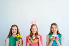 3 женских друз празднуя пасху Стоковые Фото