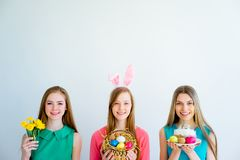 3 женских друз празднуя пасху Стоковое Фото