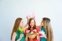 3 женских друз празднуя пасху Стоковая Фотография RF