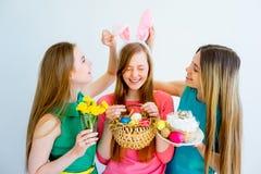 3 женских друз празднуя пасху Стоковые Фотографии RF
