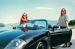 2 женских друз путешествуя cabriolet Стоковое Изображение