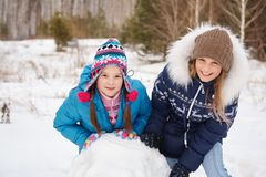 2 женских друз строя снеговик Стоковое Фото