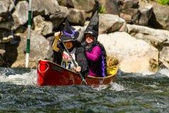 2 женских каноиста одеванного в костюмах ведьмы Стоковое Фото