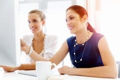 2 женских коллеги в офисе Стоковое Фото