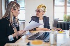 2 женских коллеги в офисе Стоковое фото RF