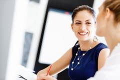 2 женских коллеги в офисе Стоковое Изображение RF