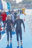2 женских конкурента заплывания обсуждая Стоковое Изображение