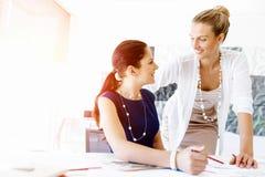 2 женских коллеги в офисе Стоковая Фотография RF
