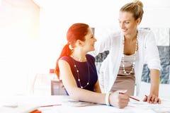 2 женских коллеги в офисе Стоковое Изображение