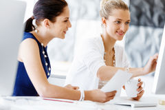 2 женских коллеги в офисе Стоковые Изображения
