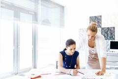 2 женских коллеги в офисе Стоковые Фото
