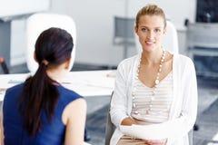 2 женских коллеги в офисе Стоковая Фотография