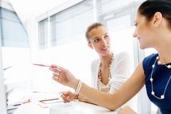 2 женских коллеги в офисе Стоковые Изображения RF