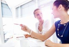 2 женских коллеги в офисе Стоковые Фотографии RF
