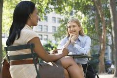 2 женских коллеги на кафе улицы Стоковое Изображение