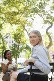 2 женских коллеги на кафе улицы Стоковое Изображение RF