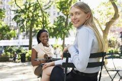 2 женских коллеги на кафе улицы Стоковое Фото