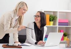 2 женских коллеги работая совместно Стоковые Фотографии RF