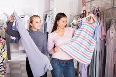 2 женских клиента выбирая одежды спать Стоковая Фотография