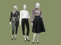 3 женских манекена одетого с модными одеждами Стоковые Изображения
