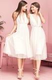 2 женских модели представляя в элегантных платьях Стоковое фото RF