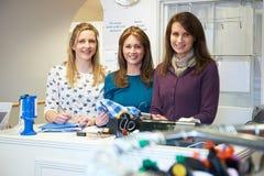 3 женских добровольных работника в магазине призрения Стоковые Фотографии RF