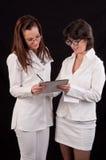 2 женских доктора обсуждая совместно на медицинском обследовании Стоковые Фотографии RF