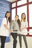 2 женских доктора помогая девушке идти Стоковые Изображения