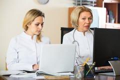 2 женских доктора работая совместно Стоковое Изображение
