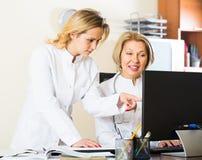 2 женских доктора работая совместно Стоковое Фото