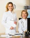 2 женских доктора работая совместно Стоковая Фотография