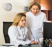 2 женских доктора работая совместно Стоковые Изображения RF