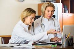 2 женских доктора работая совместно Стоковое Изображение RF