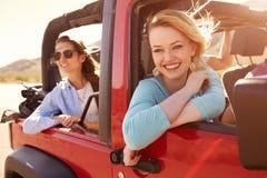 2 женских пассажира на поездке в обратимом автомобиле Стоковая Фотография RF