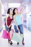 2 женских покупателя в моле Стоковые Фото