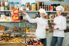 2 женских продавца в кондитерскае Стоковое Фото