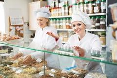 2 женских продавца в кондитерскае Стоковая Фотография RF