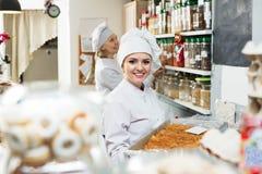 2 женских продавца в кондитерскае Стоковые Изображения