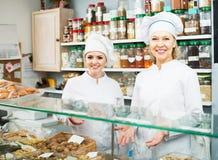 2 женских продавца в кондитерскае Стоковая Фотография