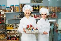 2 женских продавца в кондитерскае Стоковые Фото