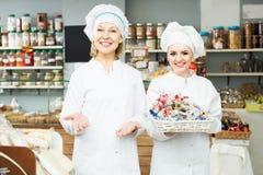 2 женских продавца в кондитерскае Стоковое Изображение RF