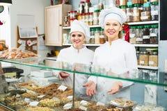 2 женских продавца в кондитерскае Стоковое фото RF