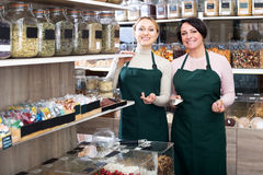 2 женских продавца нося рисберму Стоковое Фото