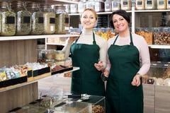 2 женских продавца нося рисберму Стоковые Изображения