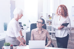 3 женских работника находясь в офисе Стоковые Изображения