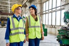 2 женских работника на современном заводе Стоковые Фото