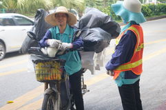 2 женских работника санобработки в переговоре Стоковое фото RF