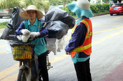 2 женских работника санобработки в переговоре Стоковая Фотография