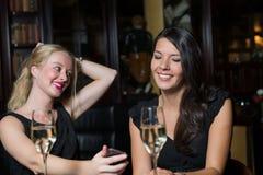 2 женских друз вне выпивая совместно Стоковые Фото