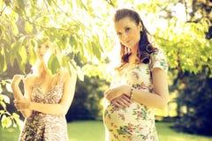 2 женских друз в парке Стоковые Фото